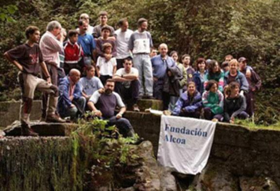 Voluntarios de Alcoa y de Erreka-Mendi limpian los márgenes del río Etxano