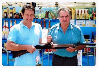 Martín Mendia, ganador del sorteo de una escopeta Benelli realizado el Día del Cazador
