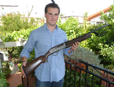 Miguel Cabrerizo, ganador de una escopeta Fabarm donada por la armería Etxaniz