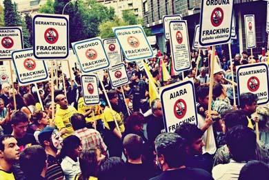 Una multitud rechaza el fracking en las calles de Gasteiz