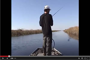 Pescador cae al agua