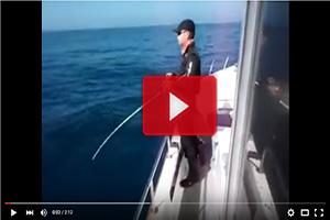 ¡Menudo lance de pesca!