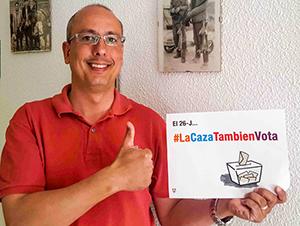 La onc anima a los cazadores a hacerse fotos con el cartel de #lacazatambienvota y a apoyar la campaña en sus redes sociales