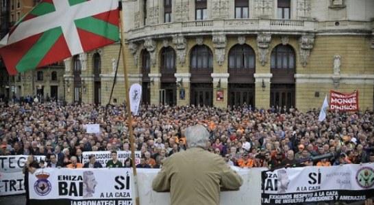 Miles de personas exigen respeto para la caza tradicional en Bilbao