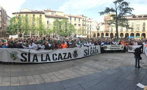La concentración por la caza de Logroño, llena la Plaza del Mercado