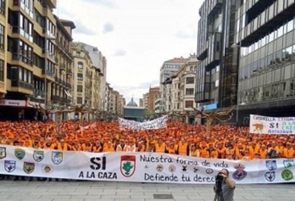 6.000 cazadores tiñen de naranja Pamplona (+galería de fotos y vídeo)