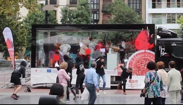 Animalistas atacan en San Sebastián con pintura roja el camión de una iniciativa en favor del jamón