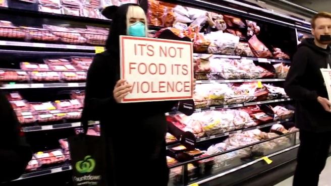 Enfrentamientos entre un grupo de activistas veganos y los clientes de un supermercado