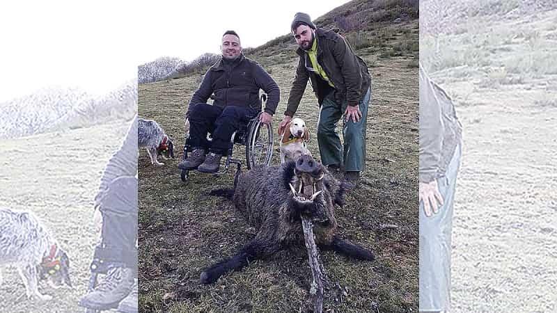 La caza no tiene límites: Abate un jabalí de más de 100 kg desde su silla de ruedas