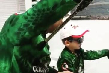 Padre e hijo se las apañan para pescar un siluro en casa ¡No te pierdas el vídeo!