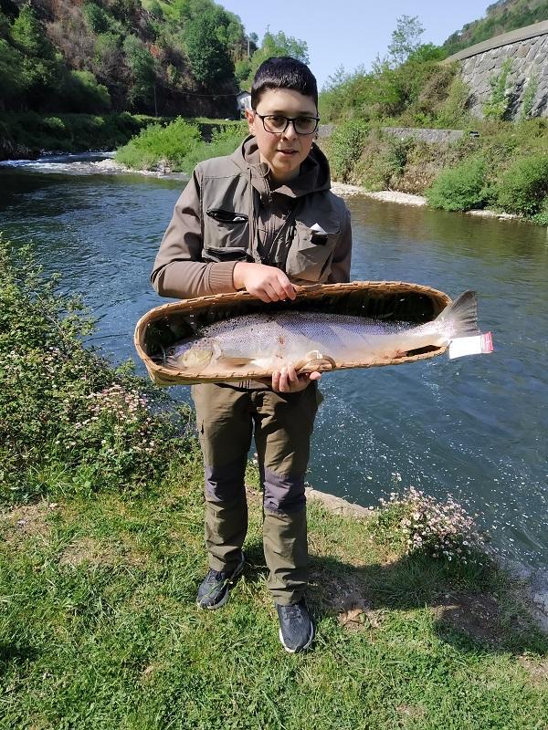 El lehenbiziko, el primer salmón de la temporada 2021, capturado en Endarlatsa por Ismael García Fernández