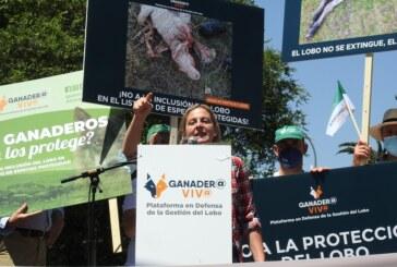 El mundo rural se manifiesta frente al MITECO y reivindica la gestión del lobo para la supervivencia de la España vaciada